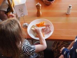 child-eating-881200_1280