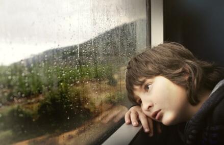 Jak się bawić z dzieckiem kiedy pada deszcz?